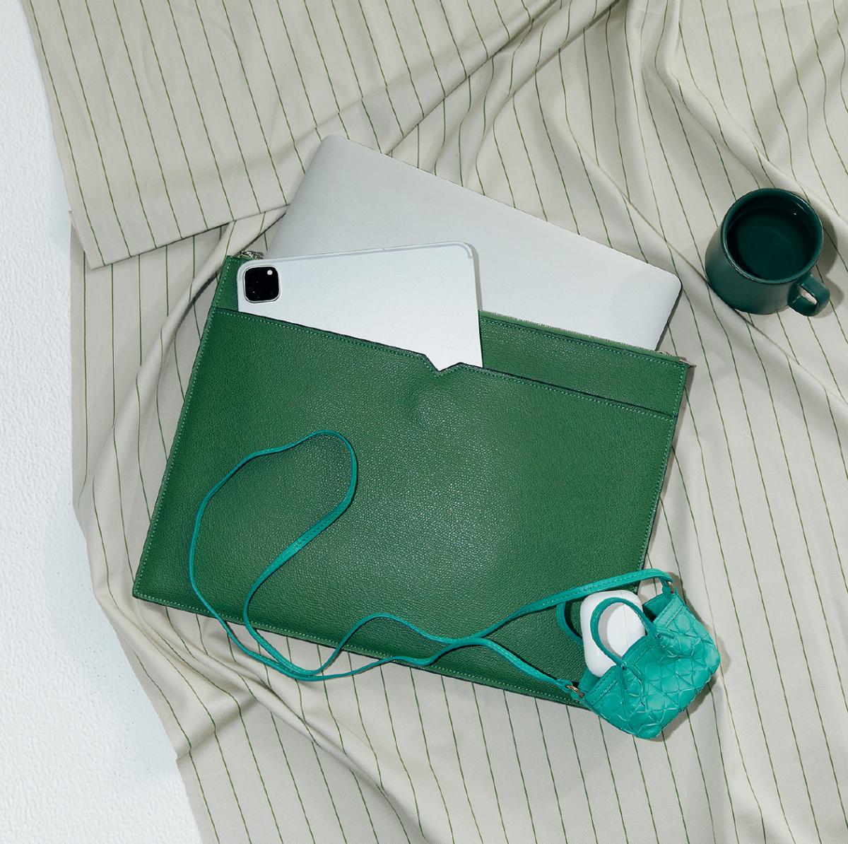 緑のケースからガジェットを取り出して配信をチェック