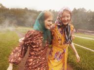 朝霧の中に咲くリトルフラワーズ。ほほえみを交わす散歩道