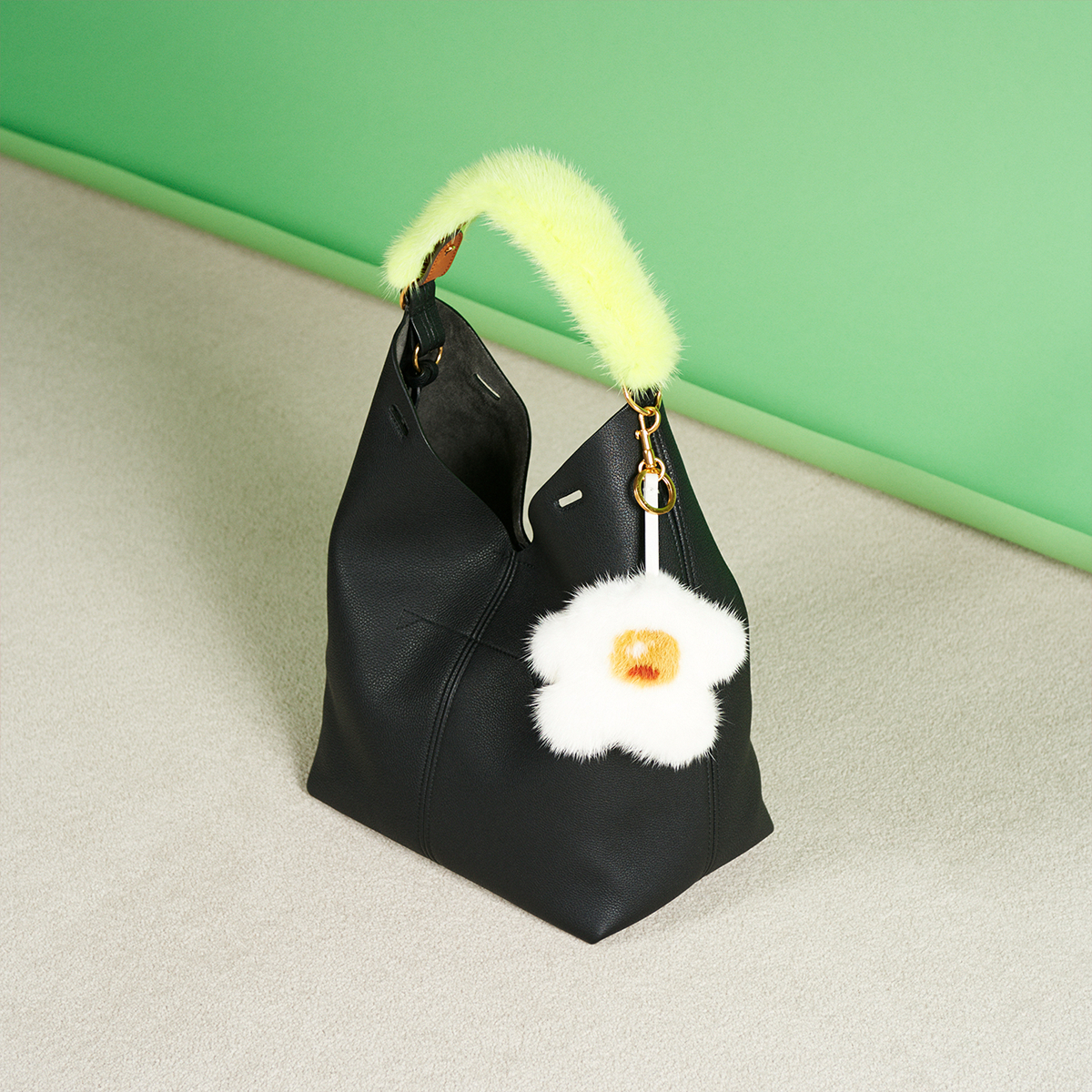 シックなブラックのバッグがモダンに変身!