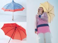 カラフルな傘をスタイリングのアクセントに