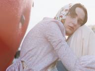 フェミニンなボヘミアンガールは、夕暮れ時に心を決める