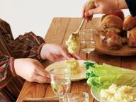メイン1皿と野菜2皿、デザートで気軽なおもてなしのテーブルに