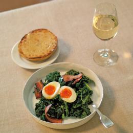 ケールのソテー・やわらかいゆで卵と白ワイン - 金曜日のアペロ No.01