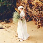 ハイネックのドレスでかなえるモダン・ウェディング