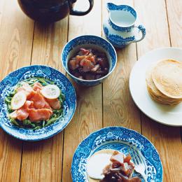 ブルー&ホワイトの器とパンケーキ - 今月のひと皿 | vol. 6