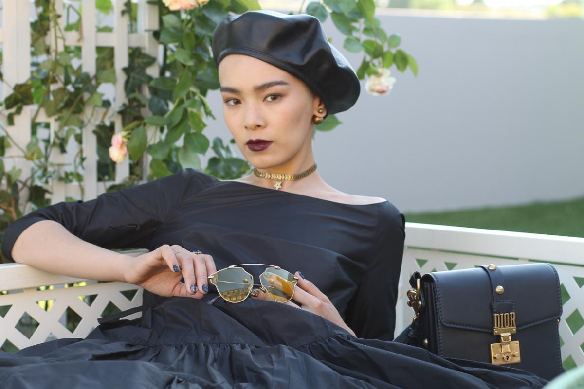 カルテットの生演奏に聞き入る畠山さん。新作ドレスに加え、ベレー帽、サングラスもすべてディオール。