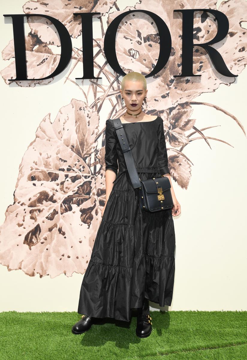 ドレス、「ジャディオール」バッグ、ブーツ、そしてジュエリーまでディオール秋冬コレクションに身を包み、ショー会場入り口で堂々フォトコールにのぞむ、畠山さん。