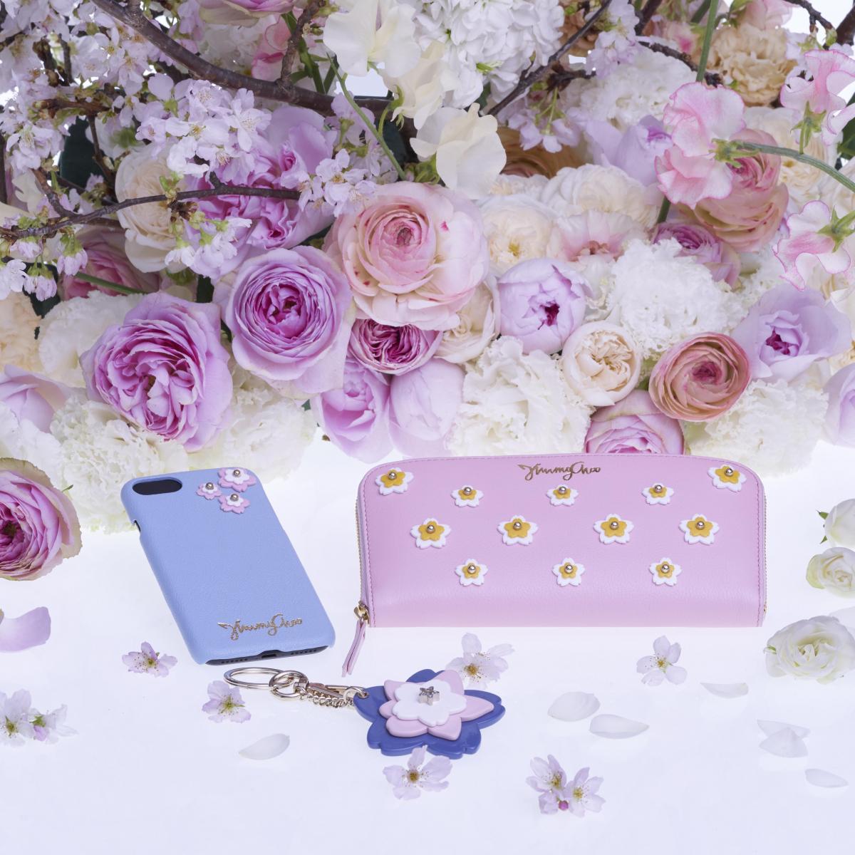(右)長財布「FILIPA」¥89,000・(中)キーチャーム「JANA」¥34,000・(左)iPhoneケース「BABI」¥25,000/ジミー チュウ