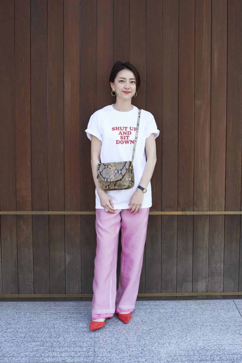 トランスペアレントなパンツ・下に重ねたピンクのパンツ・Tシャツ/すべて6(ROKU) バッグ/アンソロジー パリ シューズ/ポール アンドリュー