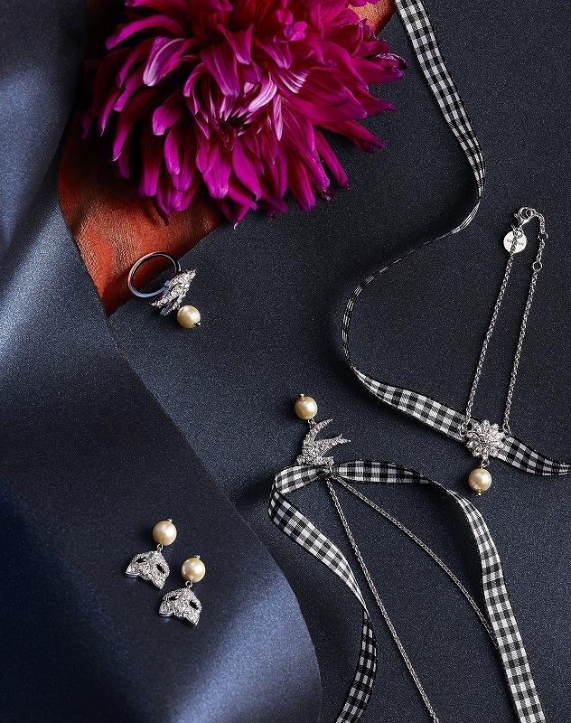 左上から時計まわり リング ¥27,000、ブレスレット ¥33,000、ネックレス ¥38,000、ピアス ¥33,000