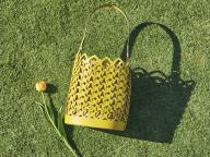 【DORIE】レザースペードで編む、プレイフルなバケットバッグ