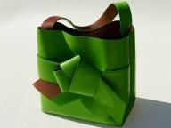 アクネ ストゥディオズから、着物の帯結びをモチーフにしたバッグが発売
