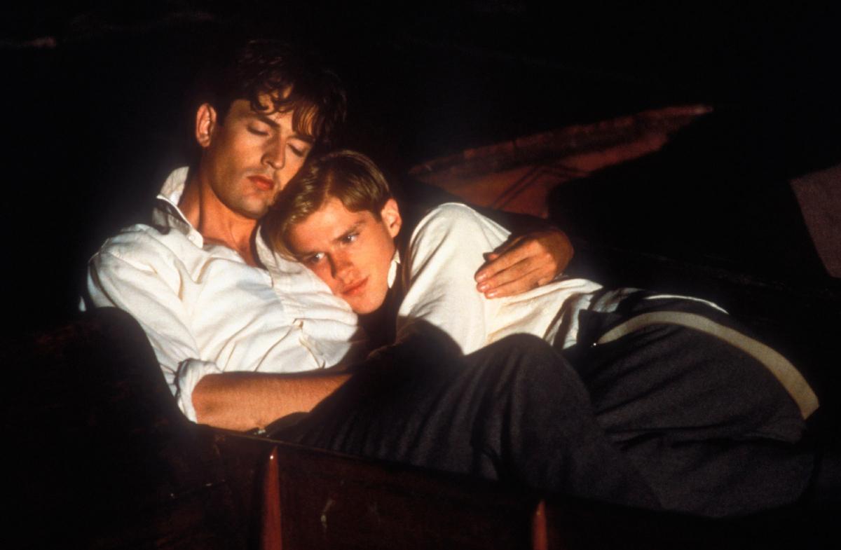 イギリスの名門寄宿学校を舞台に、共産主義や同性愛に目覚める学生たちを描いた『アナザー・カントリー』(1984)で、主人公が恋する美青年を演じたケイリー・エルウィス(右)。日本での英国貴公子ブームの火付け役の一端を担った。