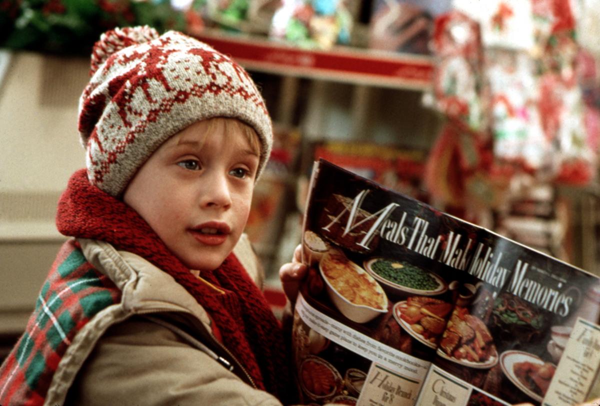 映画『ホーム・アローン』(1990)の大ヒットで、10歳にして一躍大人気子役となったマコーレー・カルキン。ギャラもどんどん跳ね上がり、1995年にはマコーレーが稼いだ1,700万ドルと親権をめぐって、両親が裁判を起こしたほど。