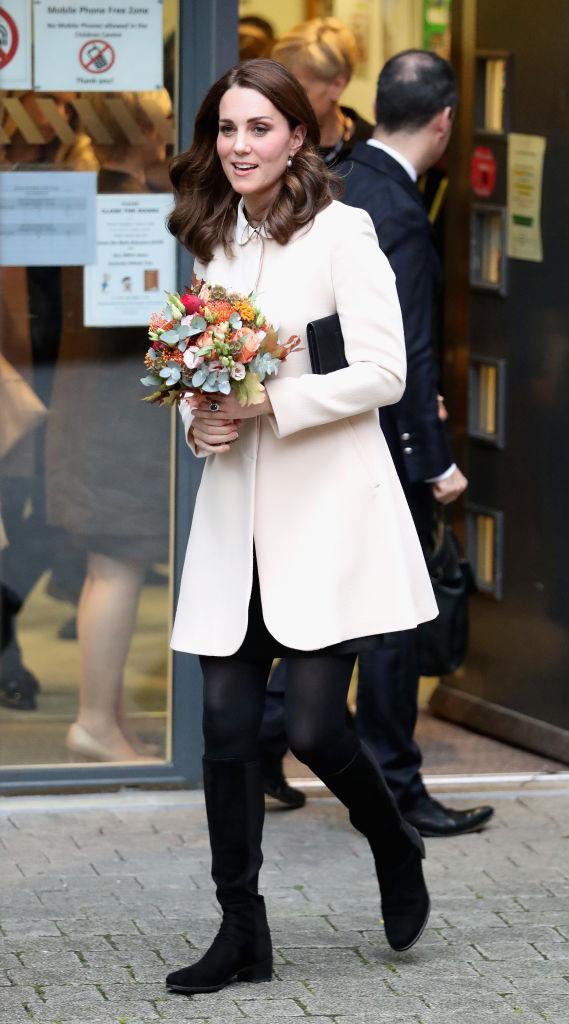 【キャサリン妃×ドレス】ホーンジー・ロード・チルドレンズ・センターで、施設を利用する家族や子どもたちと交流。イギリスブランド、ゴートのペールピンクのコートから、トップショップの丸襟ブラックドレスをチラ見せ。(2017.11)