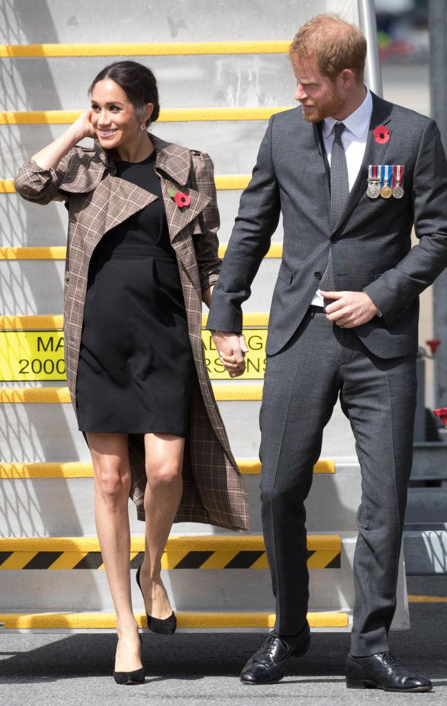 【メーガン妃×ドレス】こちらもロイヤルツアーでのスタイル。ニュージーランドに降り立った時、カレン ウォーカーのチェック柄コートの下に着ていたのは、イギリスのプチプラ通販サイト、エイソスのマタニティドレス。(2018.10)