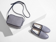 レペットが人気のテキスタイル「トワル・ド・ジュイ」とのコラボコレクションを発売