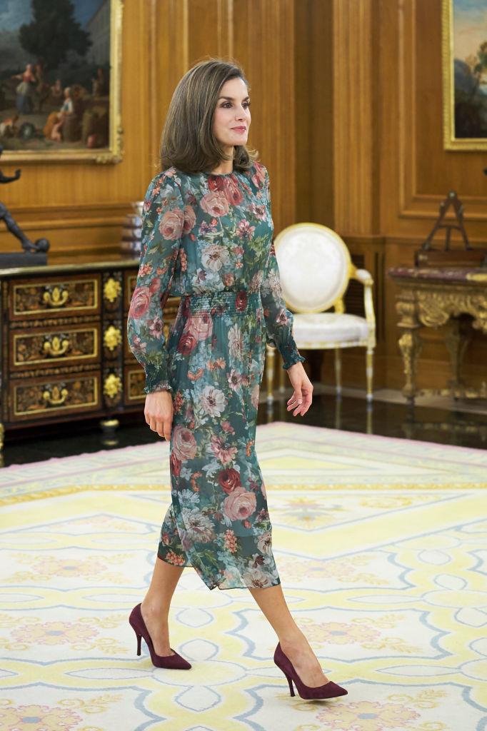 【レティシア王妃×ドレス】元ジャーナリストで、スペイン王室において初の民間出身者となった彼女は、自国のプチプラブランドを上手に着こなすワザに定評あり。このロマンティックなフラワー柄のドレスがザラだなんて信じられないのは、王族の輝かしいオーラのせい!?(2017.10)