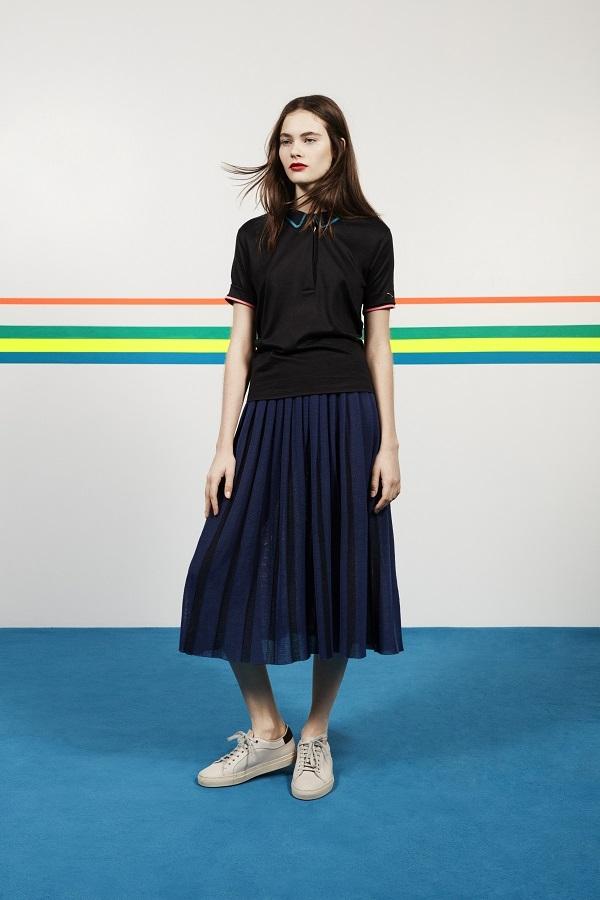 トップス ¥19,000、スカート ¥24,000、スニーカー 参考商品