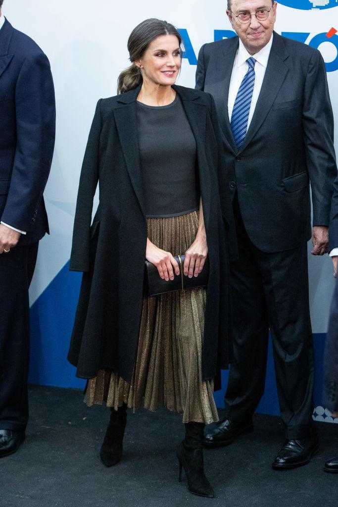 【レティシア王妃×スカート】スペインの日刊紙『ラ・ラソン』の20周年イベントへは、ブラック&ゴールドのシックなスタイリングで登場。主役のプリーツスカートはこれまたザラ! 公務やパーティでも堂々とファストファッションを取り入れる姿がこれからも楽しみ。(2018.11)