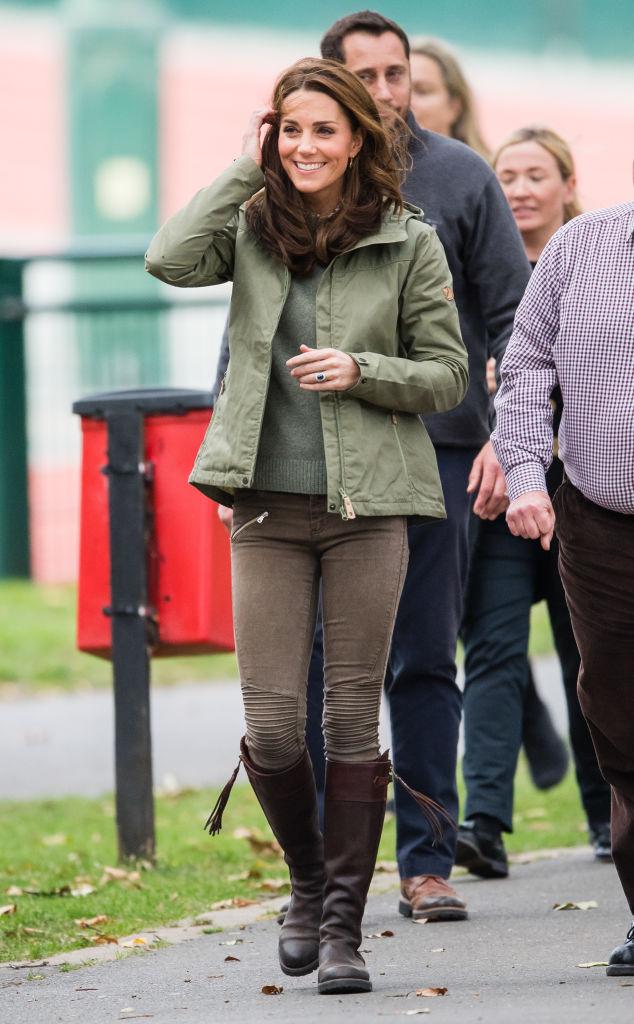 【キャサリン妃×ジーンズ】ルイ王子の出産後の初公務で、ロンドンのセイヤーズ・クロフト・アウトドア・ラーニング・センターを訪問し、自然と触れ合う施設にふさわしいアウトドアスタイルを披露。ミリタリーライクなジーンズはザラのもの。(2018.10)