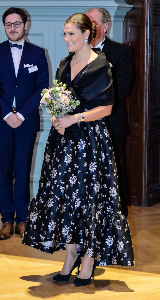 【ヴィクトリア皇太子×ドレス】ビジネスアワードのセレモニーでも、アーデム×H&Mを着用。裾のラッフルが広がるドレスは、オケージョンに映えるゴージャスさ。(2017.11)