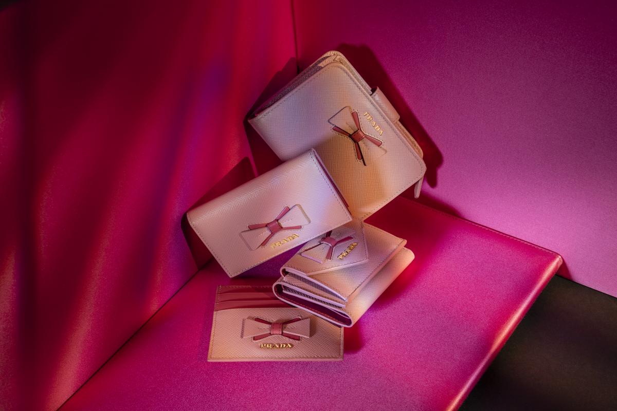 (上から)財布〈H8.5×W12㎝〉¥69,000(予定価格)・カードケース〈H6.5×W11㎝〉¥34,000(予定価格)・三つ折り財布〈H6.5×W9.5㎝〉¥50,000(予定価格)・カードケース〈H8×W10㎝〉¥29,000(予定価格)/プラダ クライアントサービス