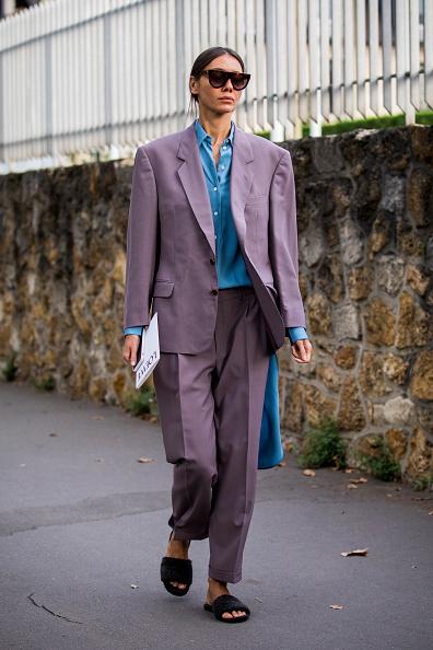 パワーショルダースーツは繊細な色みでフェミニンに
