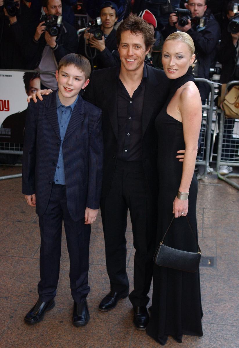 ヒュー・グラント(中央)主演の映画『アバウト・ア・ボーイ』(2002)のマーカス役で注目を集めたニコラス・ホルト(左)。12歳だったこの頃は、かわいらしい顔立ちだけれど、役柄の影響もあって少しダサめな印象だった。