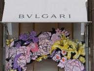 ブルガリのブティックに花が咲き誇る、ストリート アート エキシビションが開催