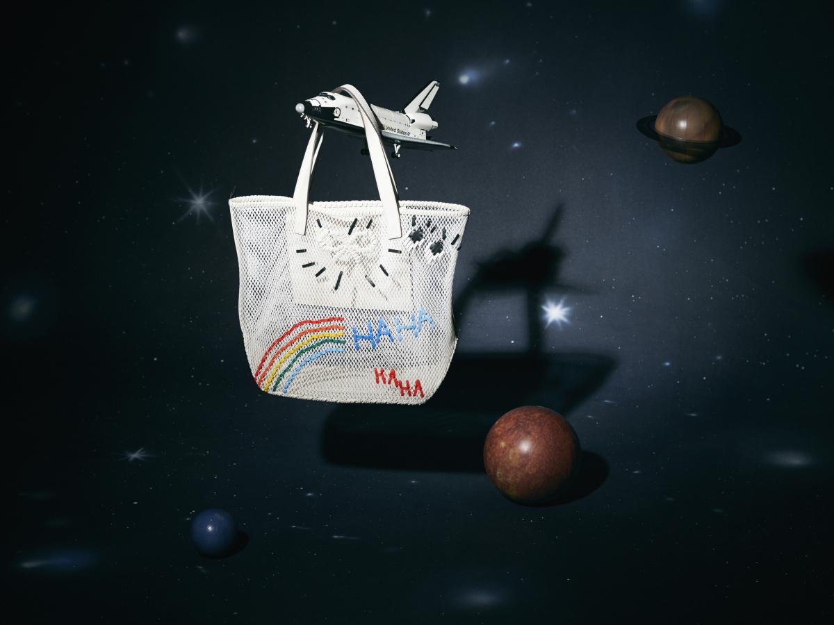 バッグ〈H47×W35×D16cm〉¥74,000/アニヤ・ハインドマーチ ジャパン(アニヤ・ハインドマーチ)・スペースシャトルのミニチュア「1/100スペースシャトル・アトランティス」¥3,800/タミヤ・カスタマーサービス 054-283-0003