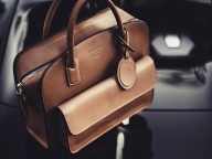 ジョルジオ アルマーニが高級自動車メーカー「ブガッティ」とのコラボコレクションを発売