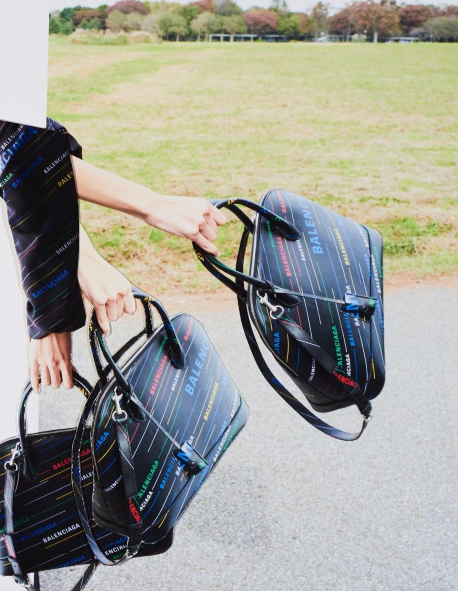 バッグ「ヴィル トップ  ハンドルM」〈H29×W36×D13〉 ¥279,000・ドレス¥303,000/ バレンシアガ ジャパン(バレンシアガ)
