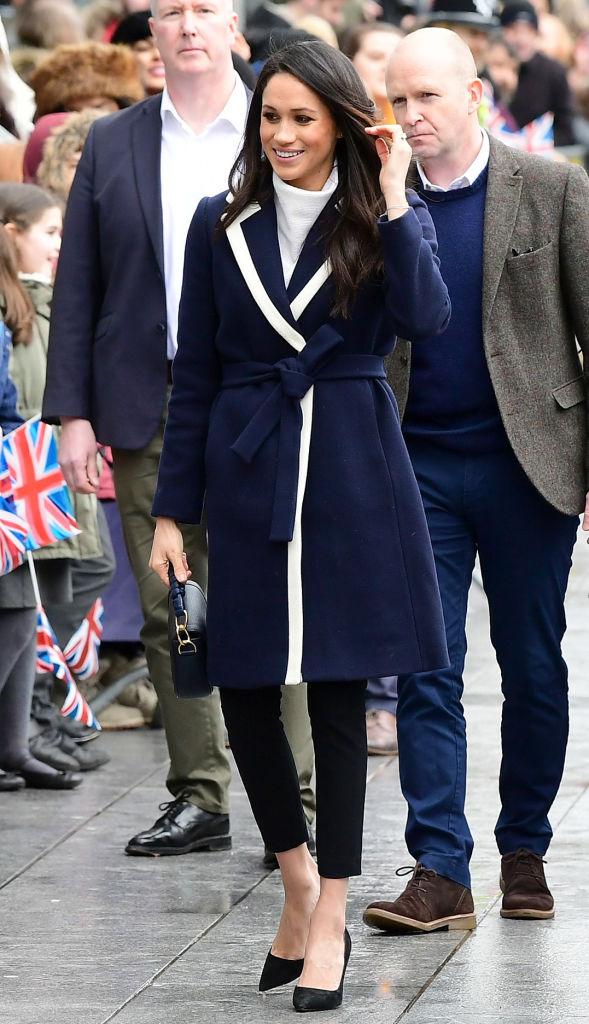 【メーガン妃×コート】まだヘンリー王子と婚約中だったころ、国際女性デーに関するチャリティイベントに参加。白のトリミングが映えるネイビーのコートはJ.クルーのもので、この公務の後すぐに完売してしまったのだとか。(2018.3)