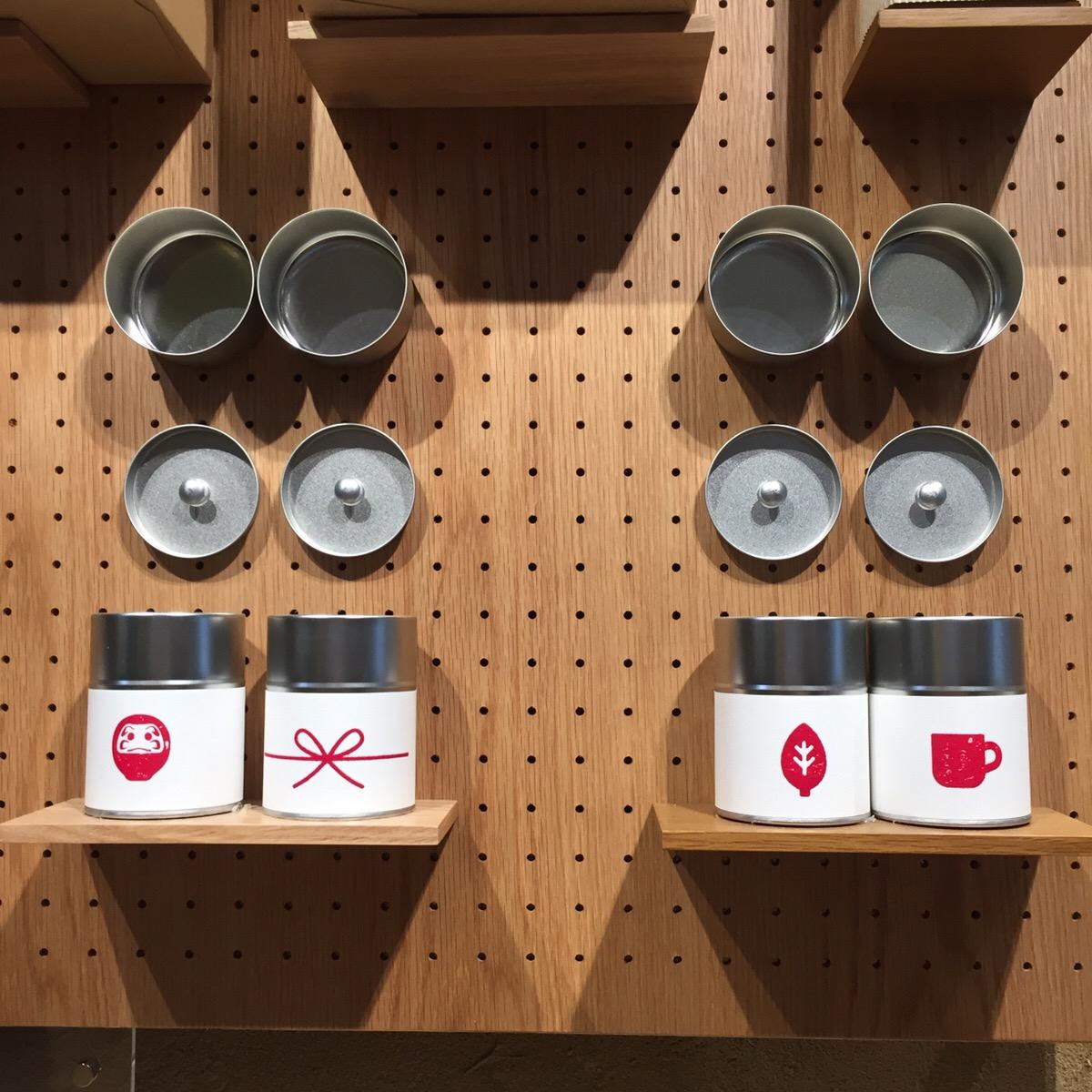 オリジナルのギフト用グッズにもジャパンテイストが。茶缶やオーガニックコットンのギフト箱、袋などが揃っている(有料)。