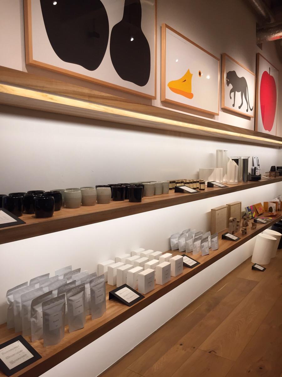 ホテルオリジナルのアイテムやギャラリーで展示中のデザイナーに関連するアイテムなどが並ぶ、6階「ATELIER MUJI」内のショップエリア。