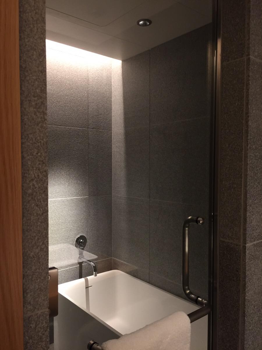 ホテルのためにオーダーしたというバスタブ。シャワールームのみのタイプの客室も有り。