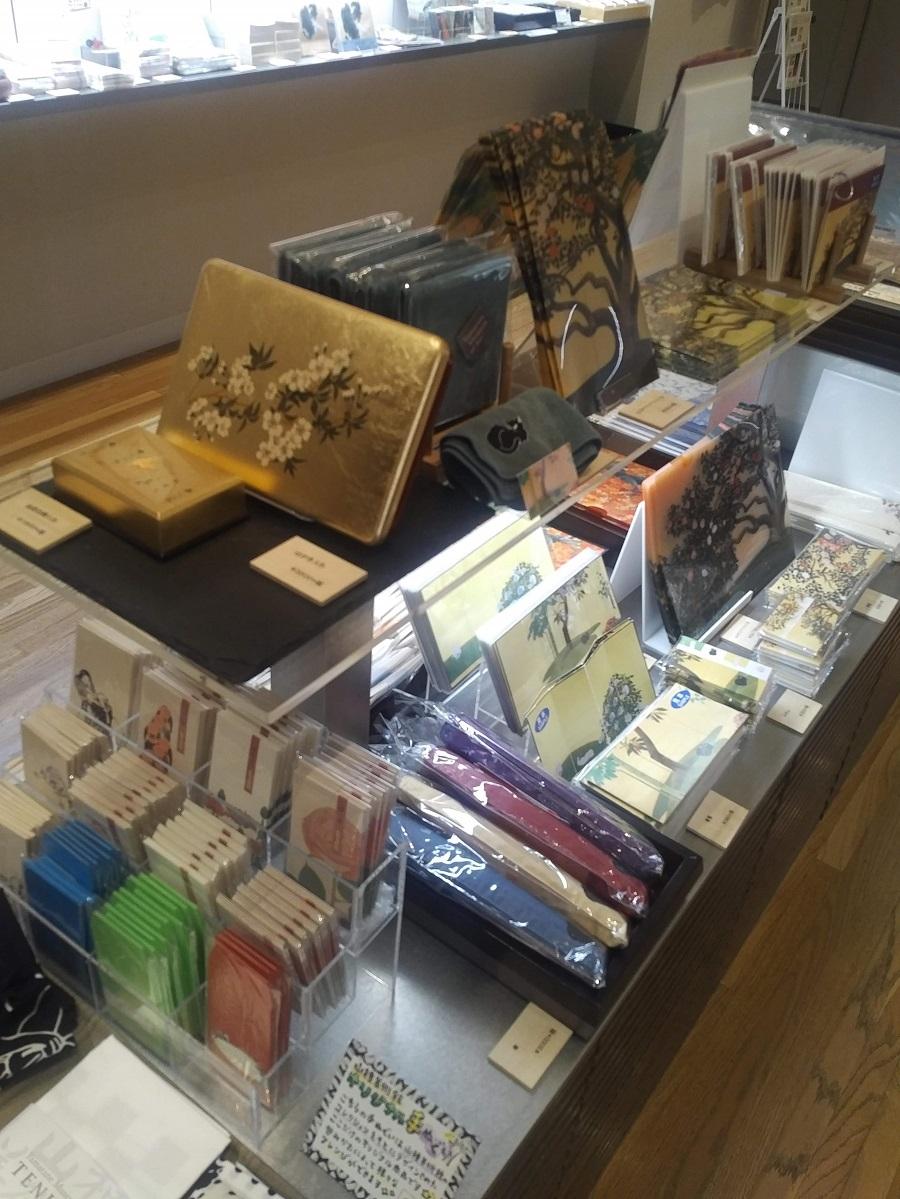 ミュージアムショップにも品格漂う品物が並んでいます。しかもカフェでは老舗和菓子「菊屋」のオリジナル和菓子をいただくことができます。