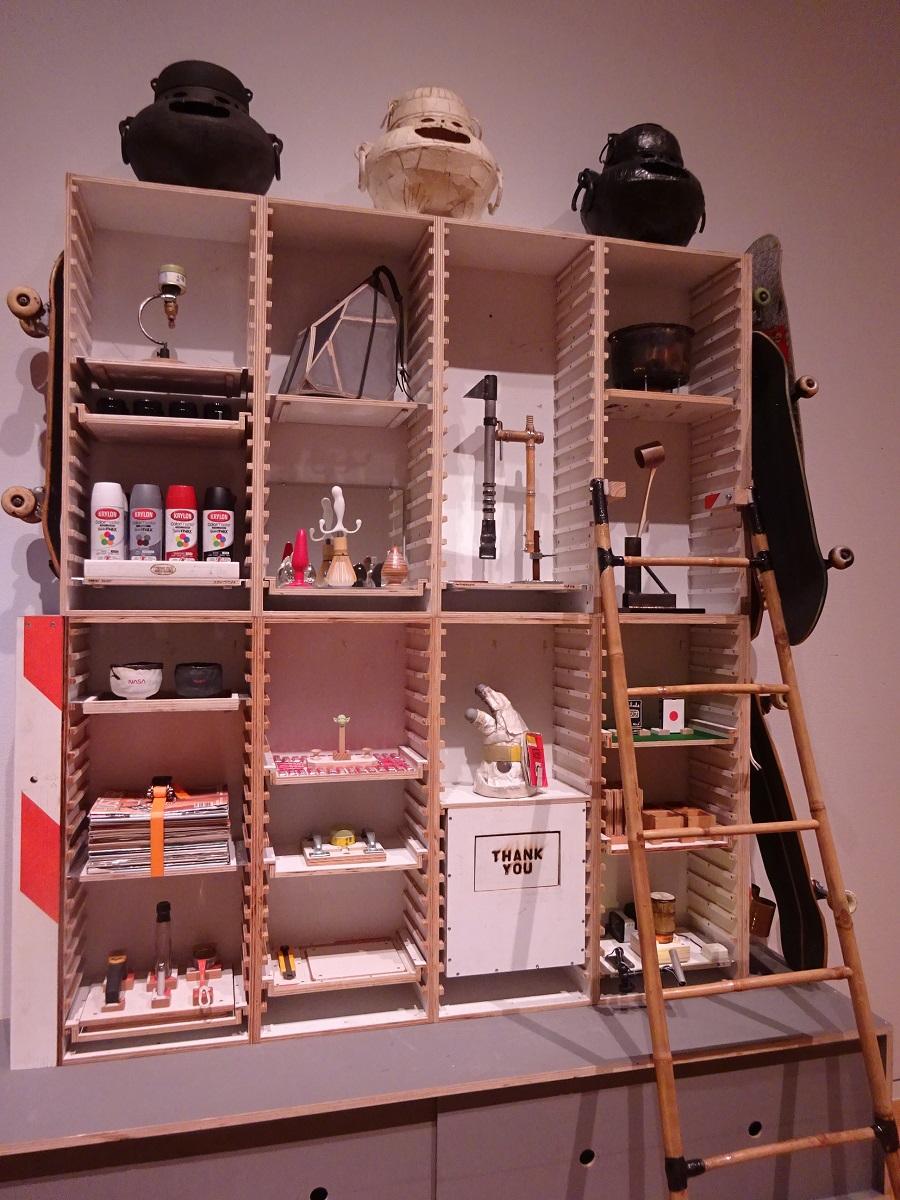 道具が配置された棚。茶道具を工業用素材や日用品で自作しています。