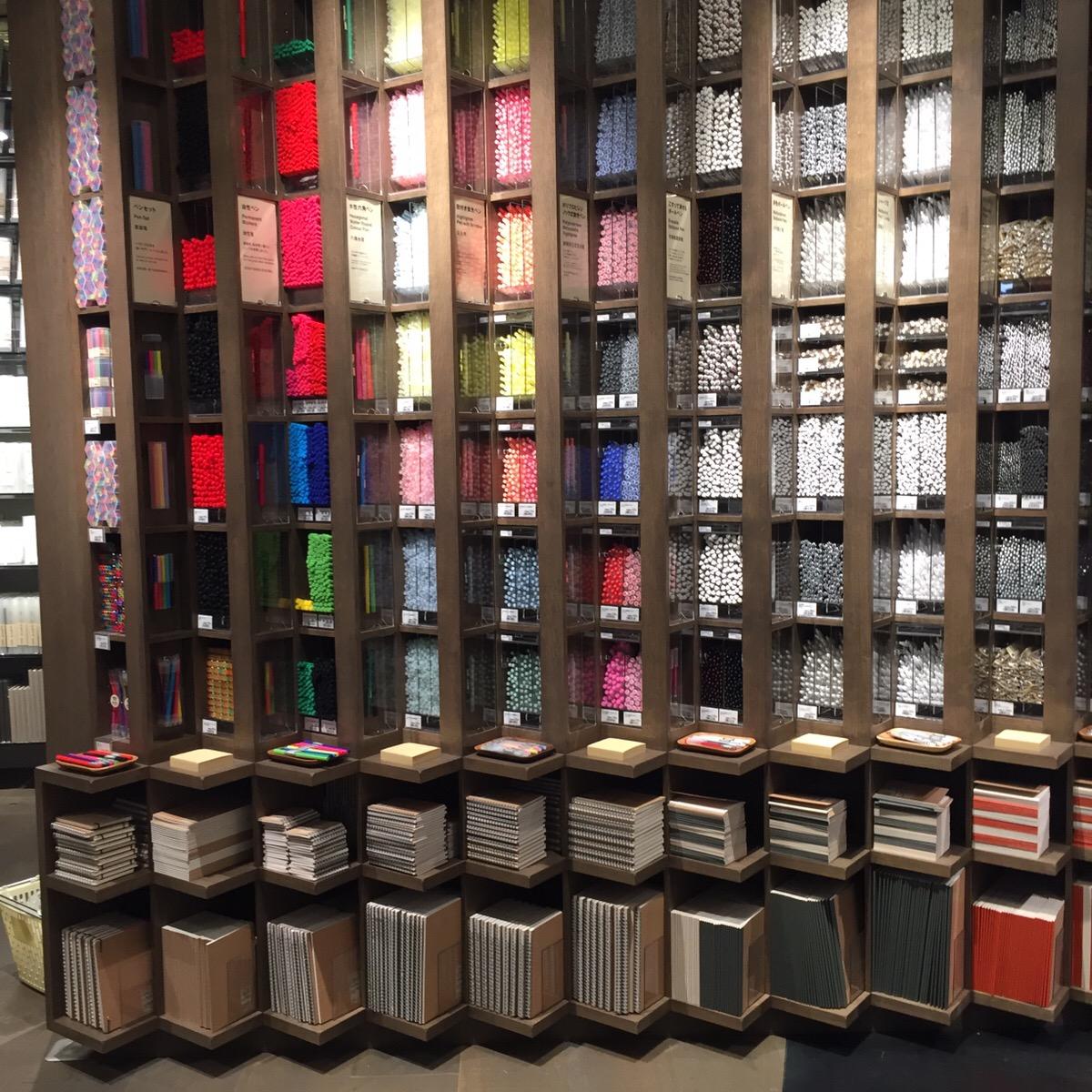人気文房具も大量に並べることで美しく迫力あるディスプレイに。ヒットアイテム「2色ツインペン」などもここに。