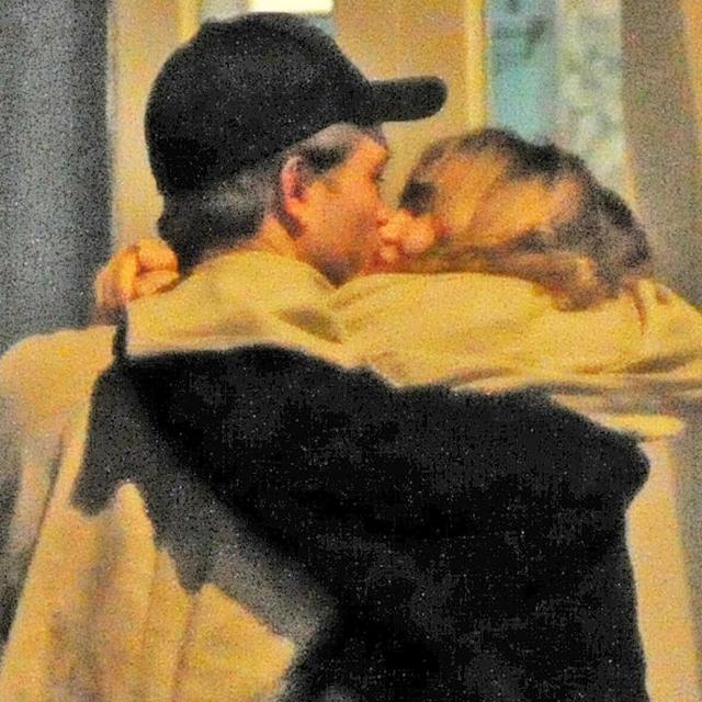 新カップル誕生? ロバート・パティンソンとスキ・ウォーターハウスの路上キスをキャッチ