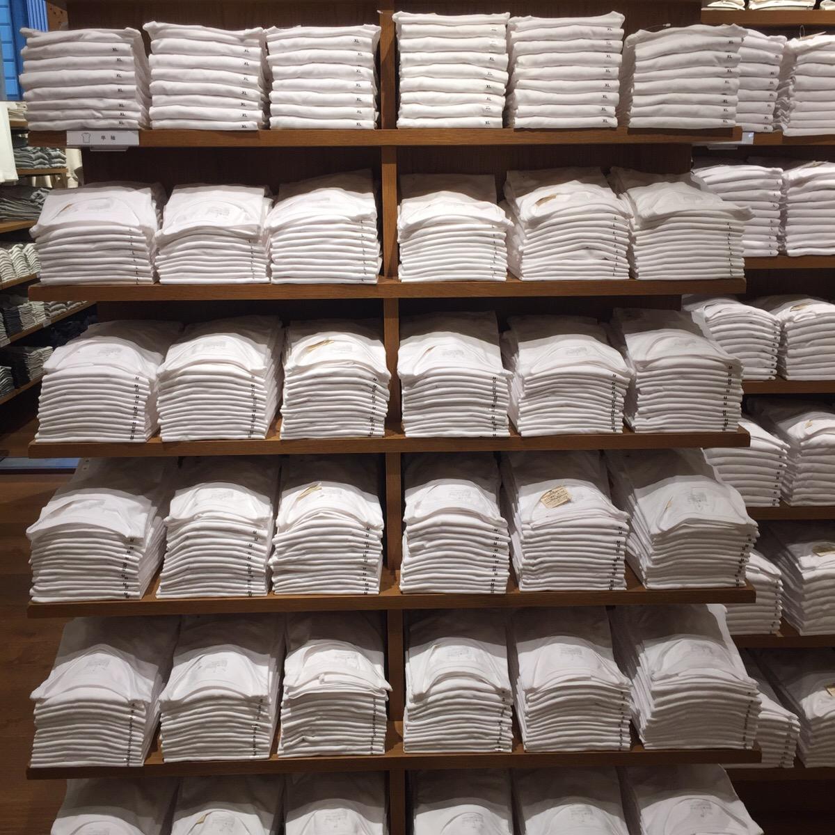 何枚あってもいい白Tシャツ。「インド綿天竺編みクルーネック半袖Tシャツ」¥917。