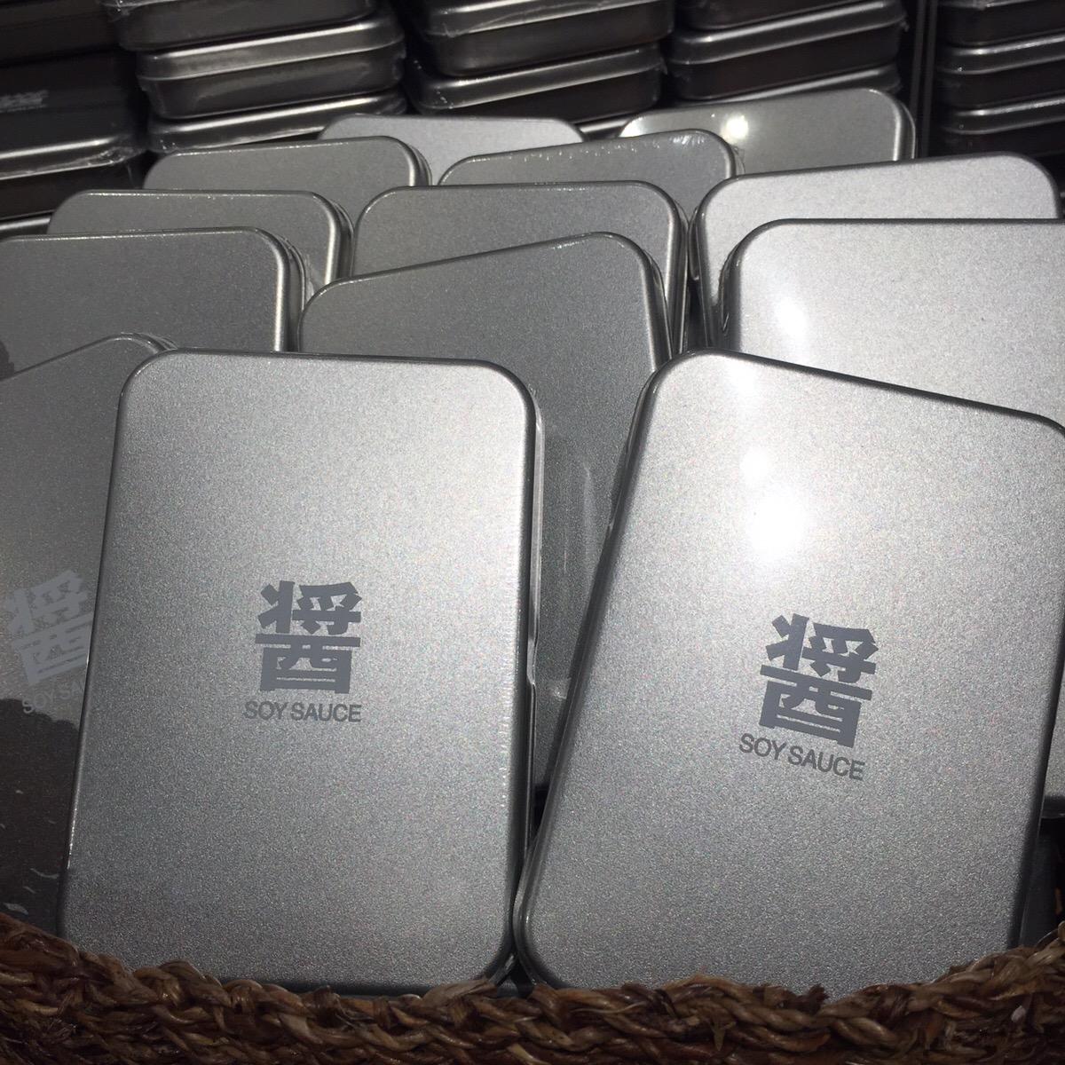 1階に並ぶ、銀座ならではのお土産アイテムが熱い。おすすめは写真の「醤油」をはじめ、6種揃った「おみやげ缶」シリーズ。海外出張のお土産にも大ウケするはず。¥454