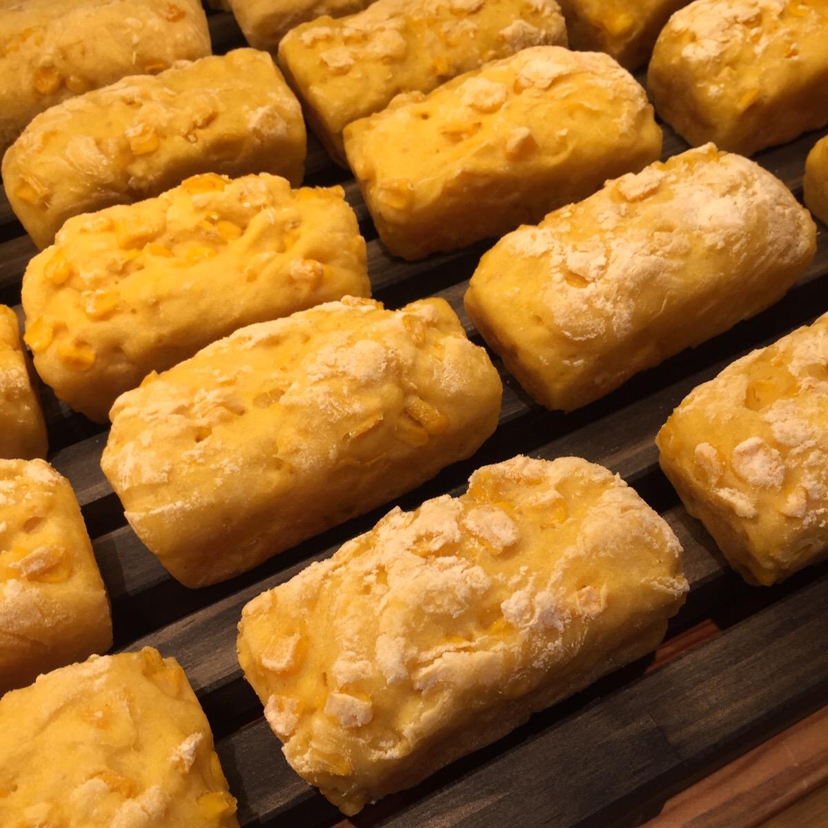 焼きたての「コーンたっぷり豆乳パン」。