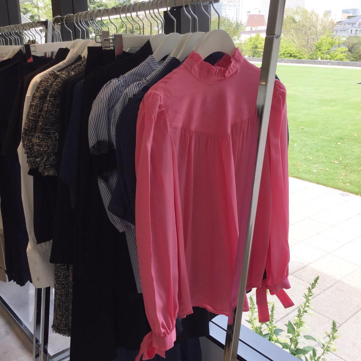 ブラウスやドレス、オールインワン、アウターも揃う。ワークアウトウェアも。ピンクのブラウス¥61,884