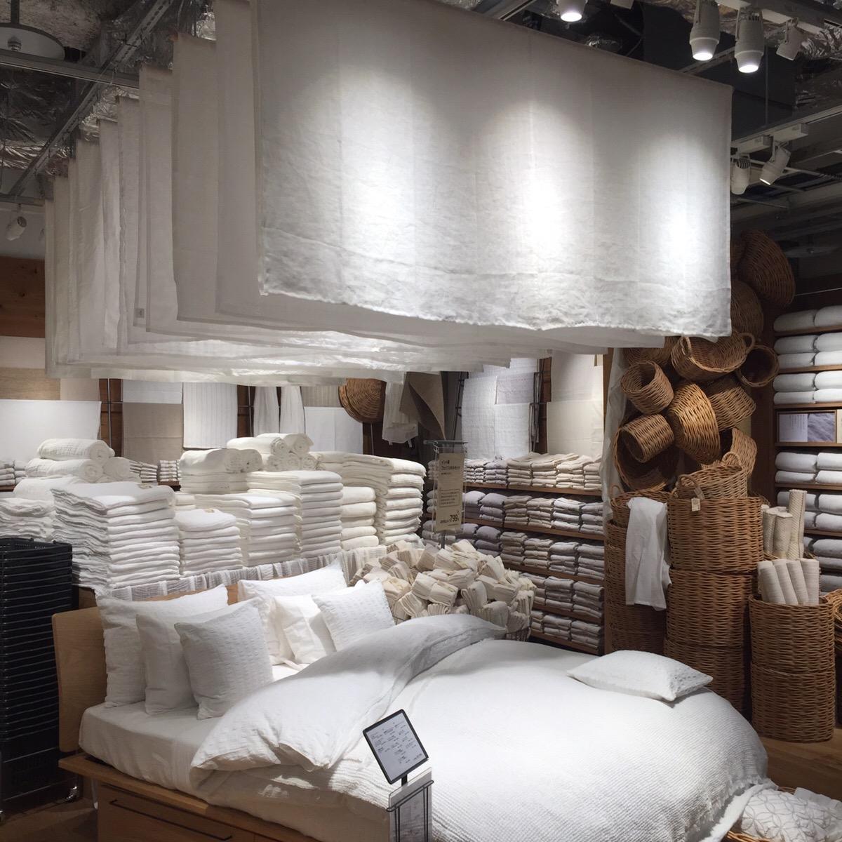寝具エリアにはさまざまな素材や織り方のシーツやケットなどが。麻平織、綿サッカー織、オーガニックコットンワッフルと、素材選びに悩むのも楽しい。