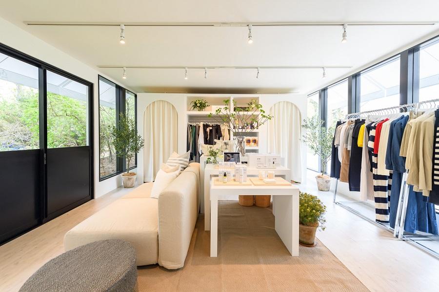 白を貴重としたインテリアが印象的なクリーンな雰囲気の店内。