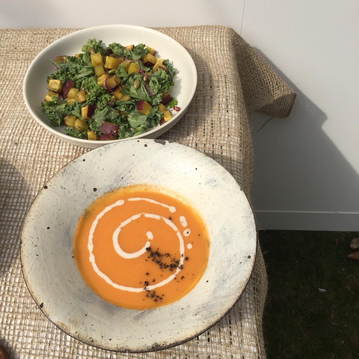 隠し味に白味噌が使われている「キャロットジンジャースープ」¥750、「味噌ケールサラダ」¥1,200