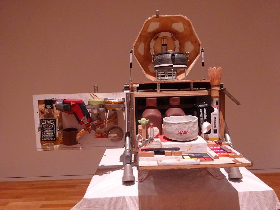 茶器のセット。横にはお茶の聖人っぽくヨーダが佇んでいます。