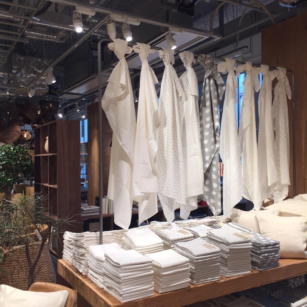 多用途使いできるインド綿の布も豊富に取り揃えられている。